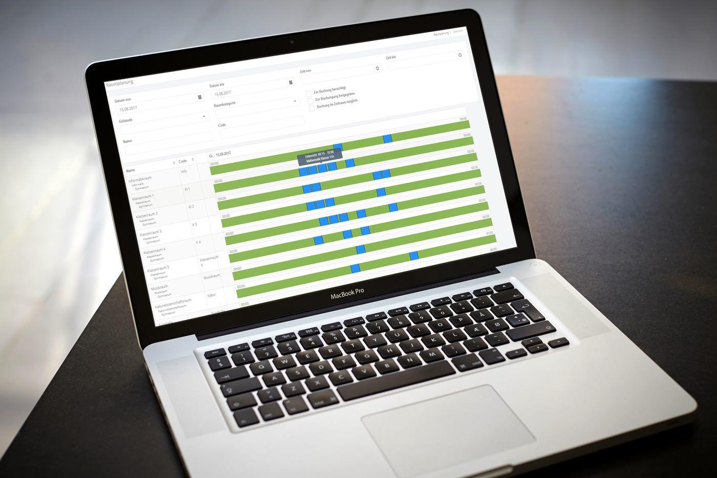 Laptop mit Schulverwaltungssoftware zur Computer-gestützten Raumplanung in Schulen